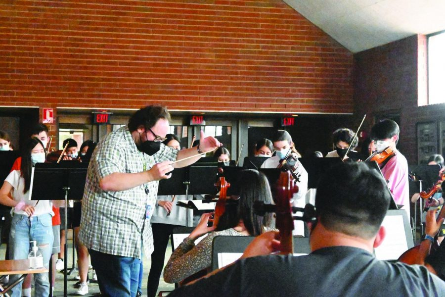 The GBN Symphony Orchestra practices in the CPA lobby instead of the usual orchestra room due to safety precautions. Orchestra directors Rachel Atlas and Aaron Kaplan divided GSO into two groups to maintain social distancing. Photo by Saruul-Erdene Jagdagdorj